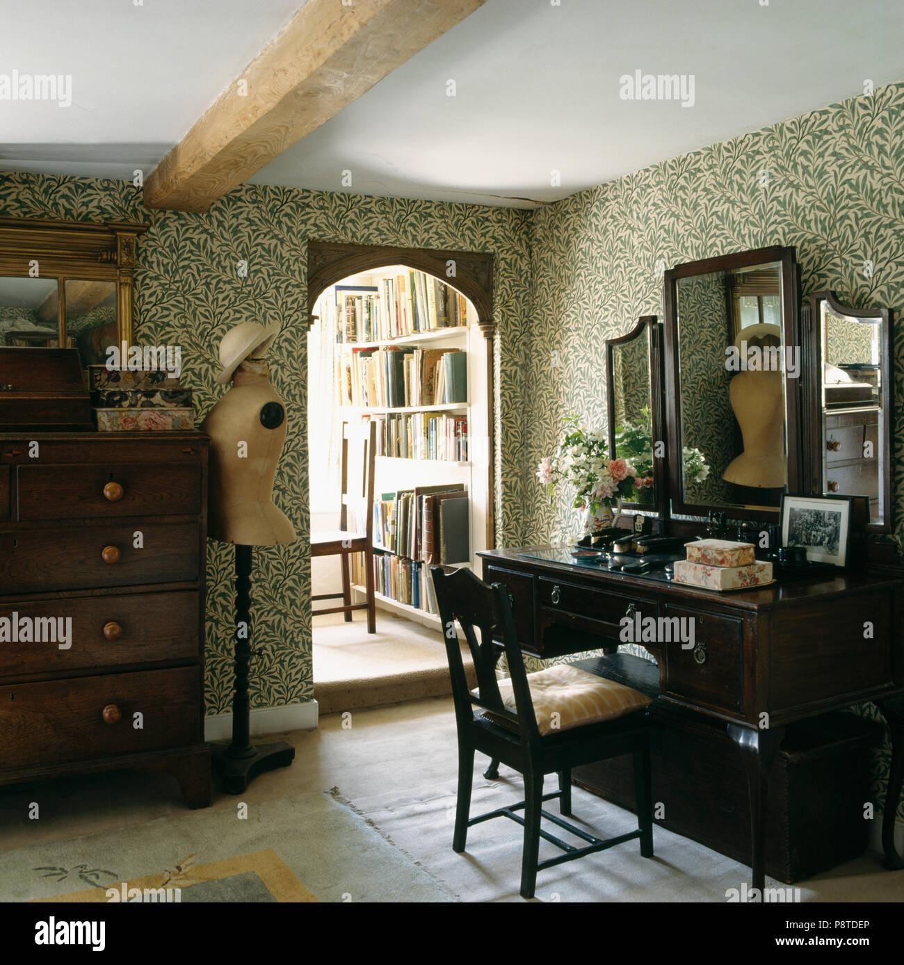 Antike Schminktisch mit Spiegel im Schlafzimmer mit William Morris ...
