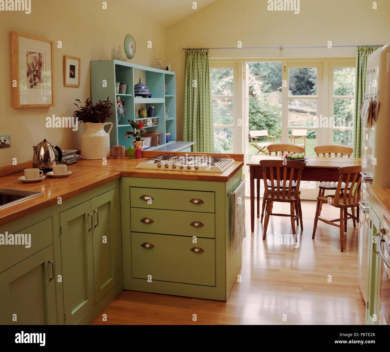 Holzböden in Creme Küche Esszimmer mit Pastellgrün Einbauschränke ...