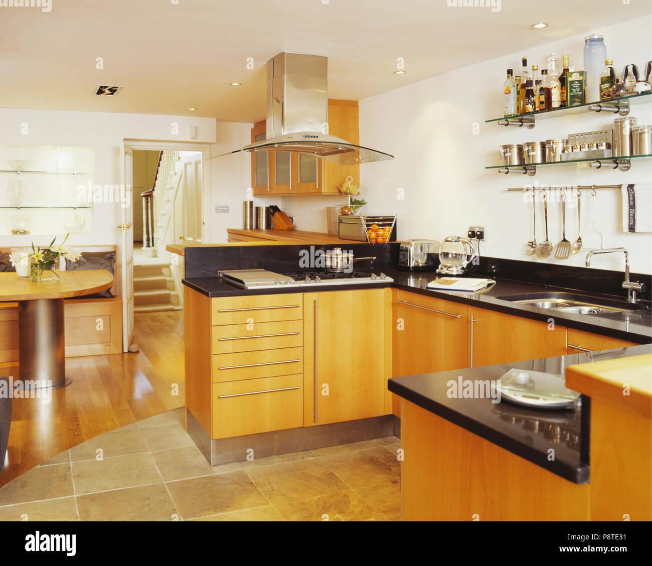 Moderne Weiße Küche Mit Hellem Holz Einbauschränke Mit Schwarzen