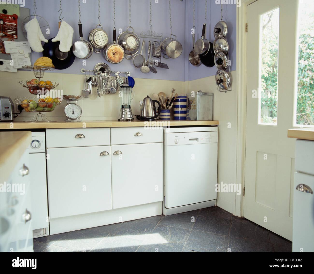 Ungewöhnlich Küchen Mit Weißen Schränken Und Edelstahl Geräte Fotos .