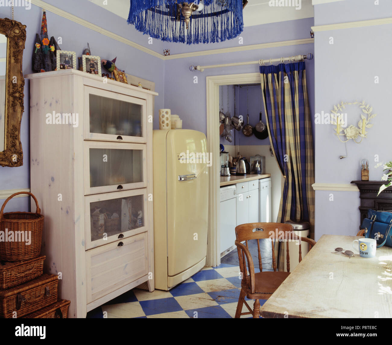 Weiss Mit Glasfront Schrank Und Grosse Creme Kuhlschrank In Pastell