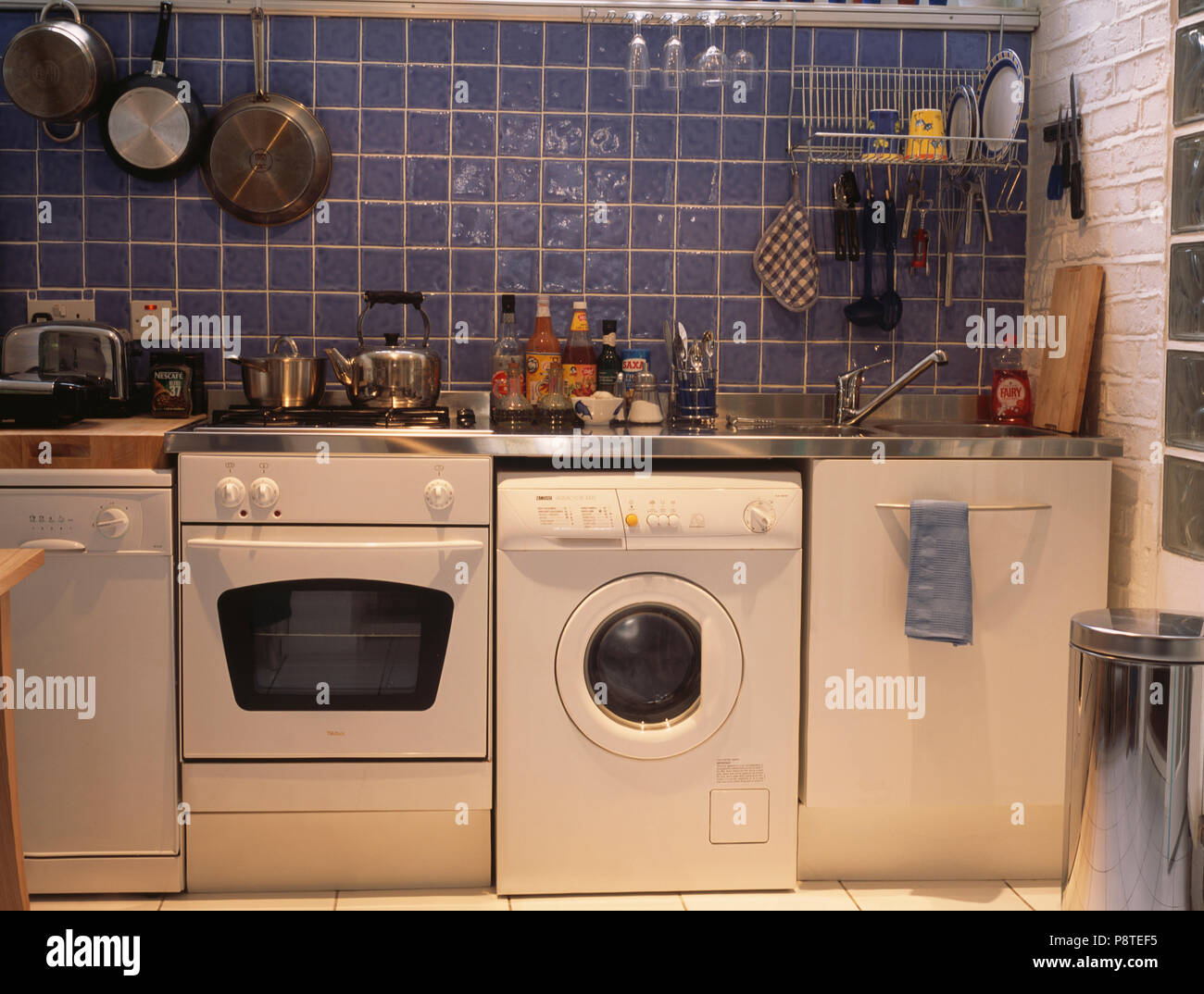Unbestückt Wirtschaft - Küche mit Backofen und Waschmaschine ...