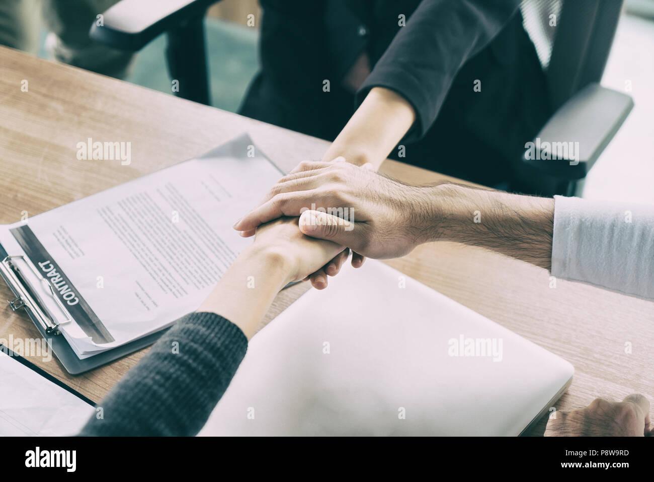 Perfekt Drei Business Partner Team Mit Hände Zusammen Zu Begrüßung Bis Projekt Im  Büro Beginnen. Business Meeting Konzept