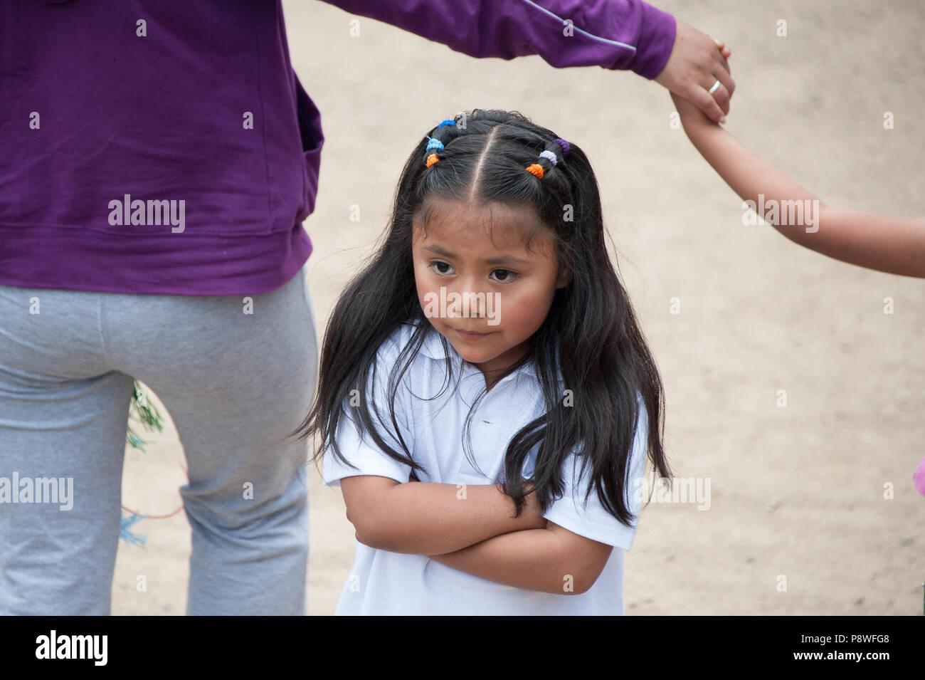 Eine junge lokale Mädchen zeigt ihr Missfallen über Machu Picchu, Peru Südamerika Stockbild