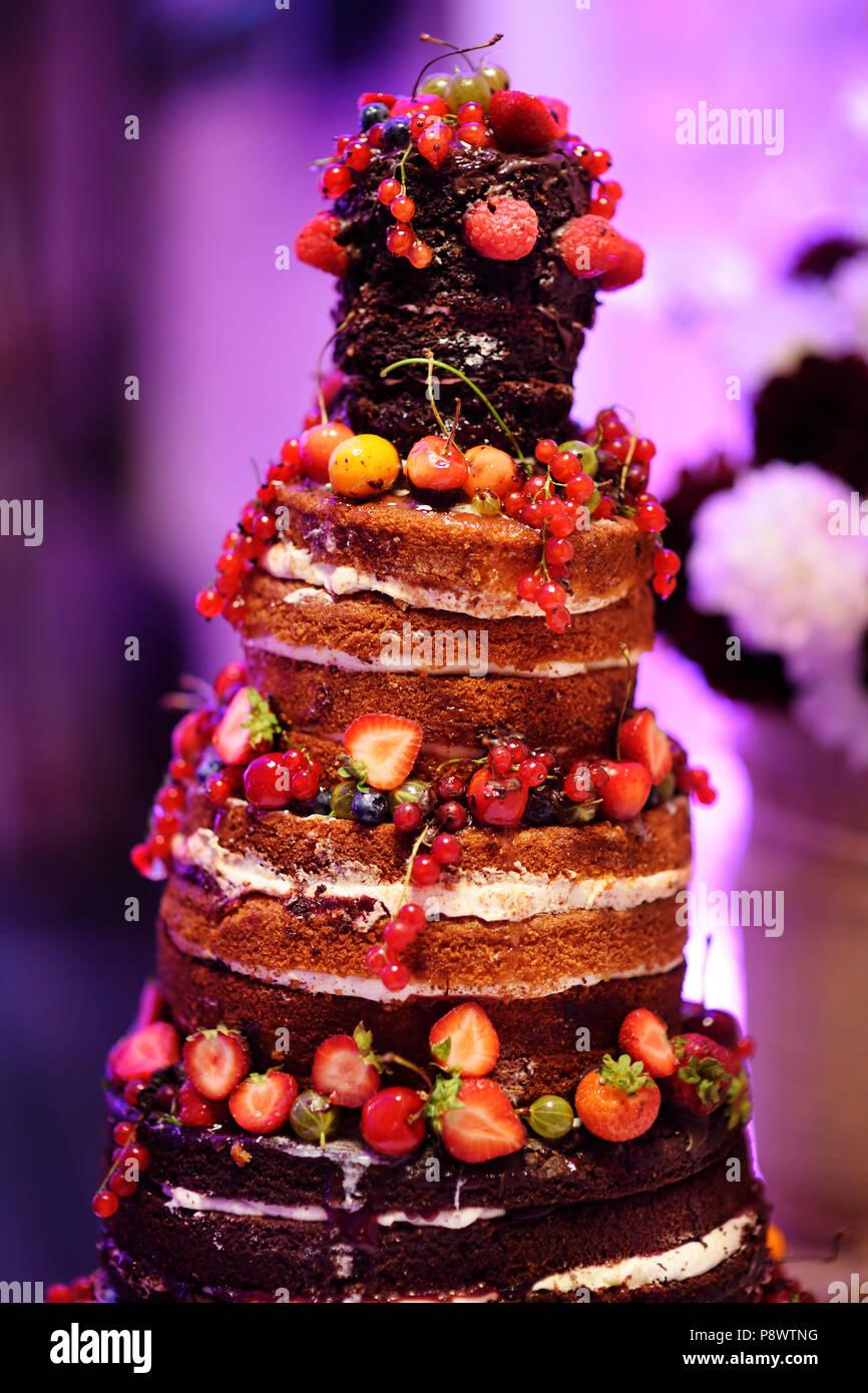 Kostliche Schokolade Hochzeitstorte Mit Fruchten Und Beeren