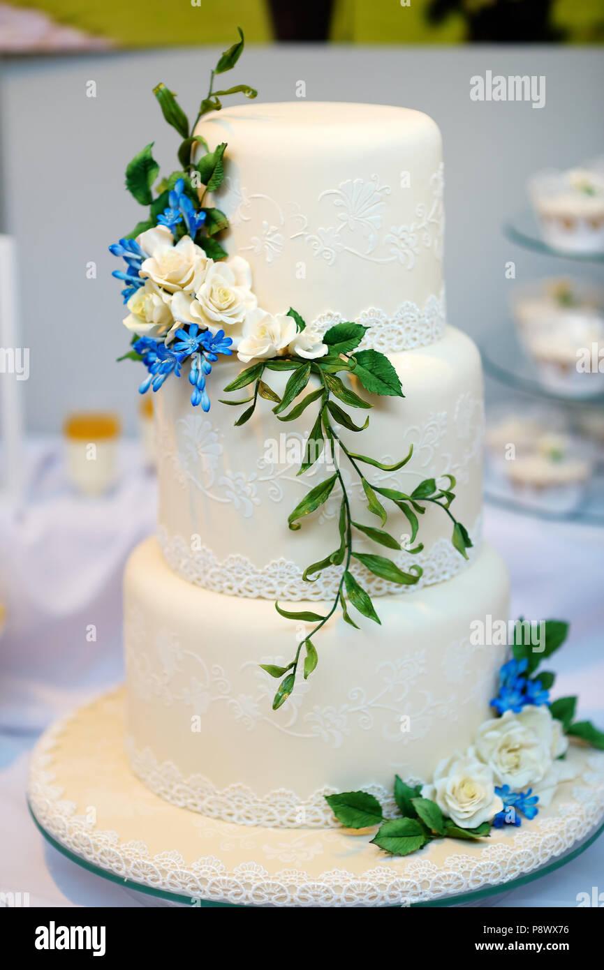 Weisse Hochzeitstorte Mit Blau Zucker Blumen Dekoriert Stockfoto