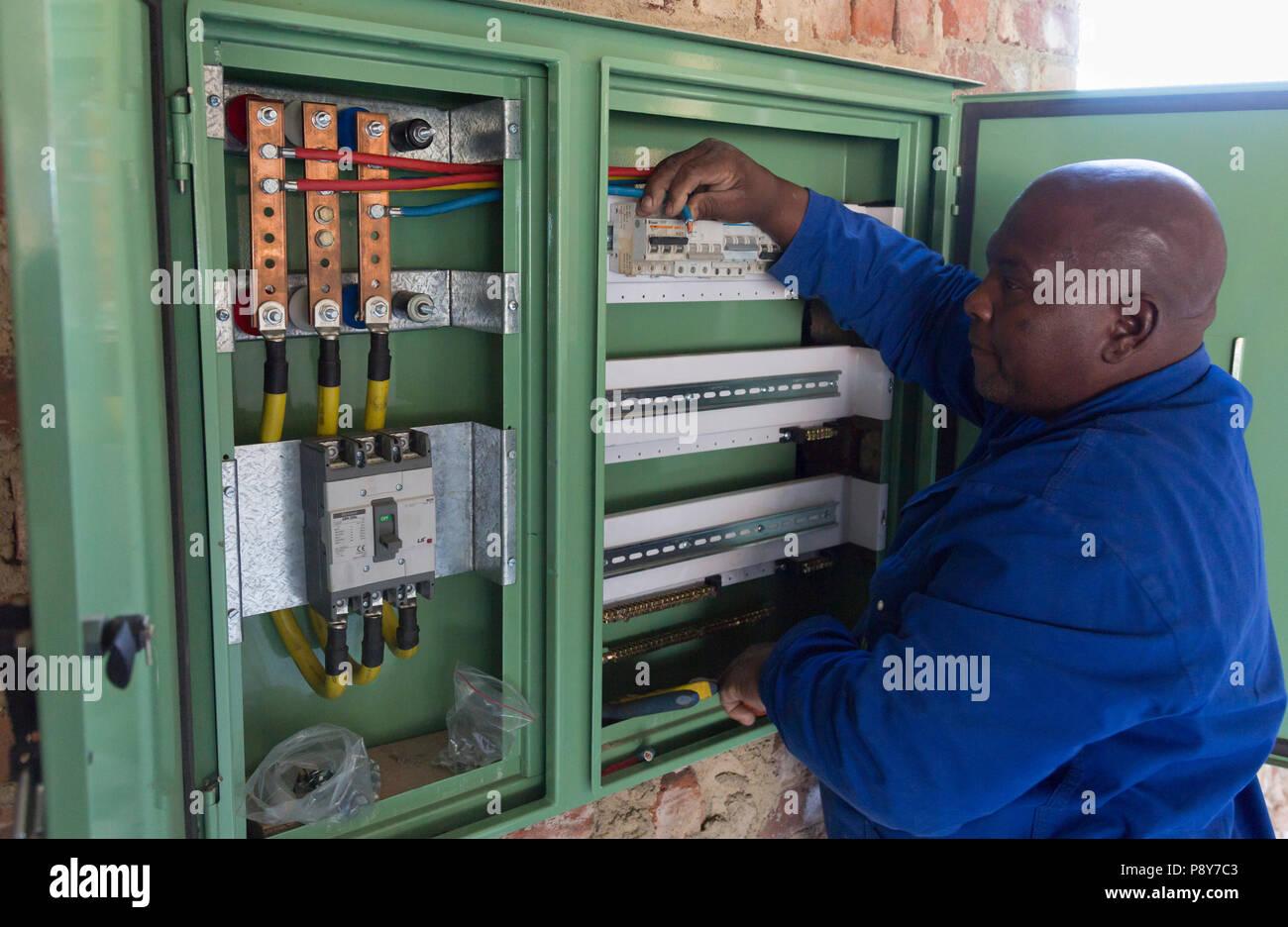 Elektriker der Verdrahtung der elektrischen Verteilung während der ...