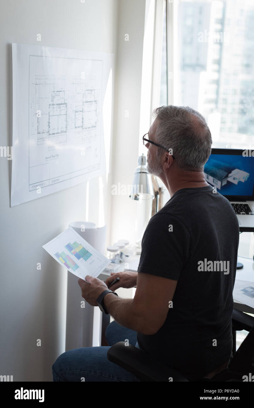 Der Mensch auf der Suche nach architektonischen Plan Stockbild