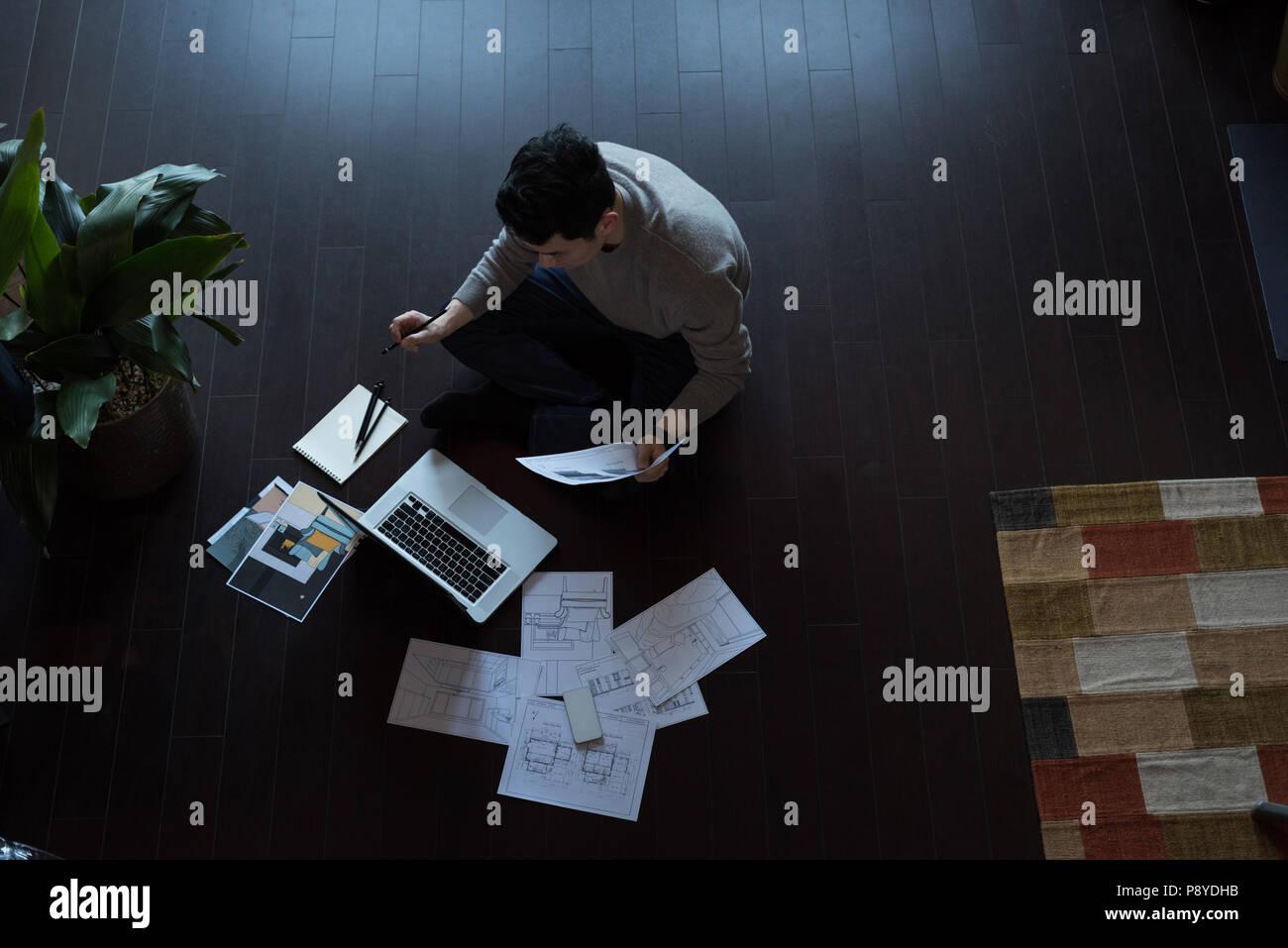 Mann, der an einem Projekt arbeiten zu Hause Stockbild