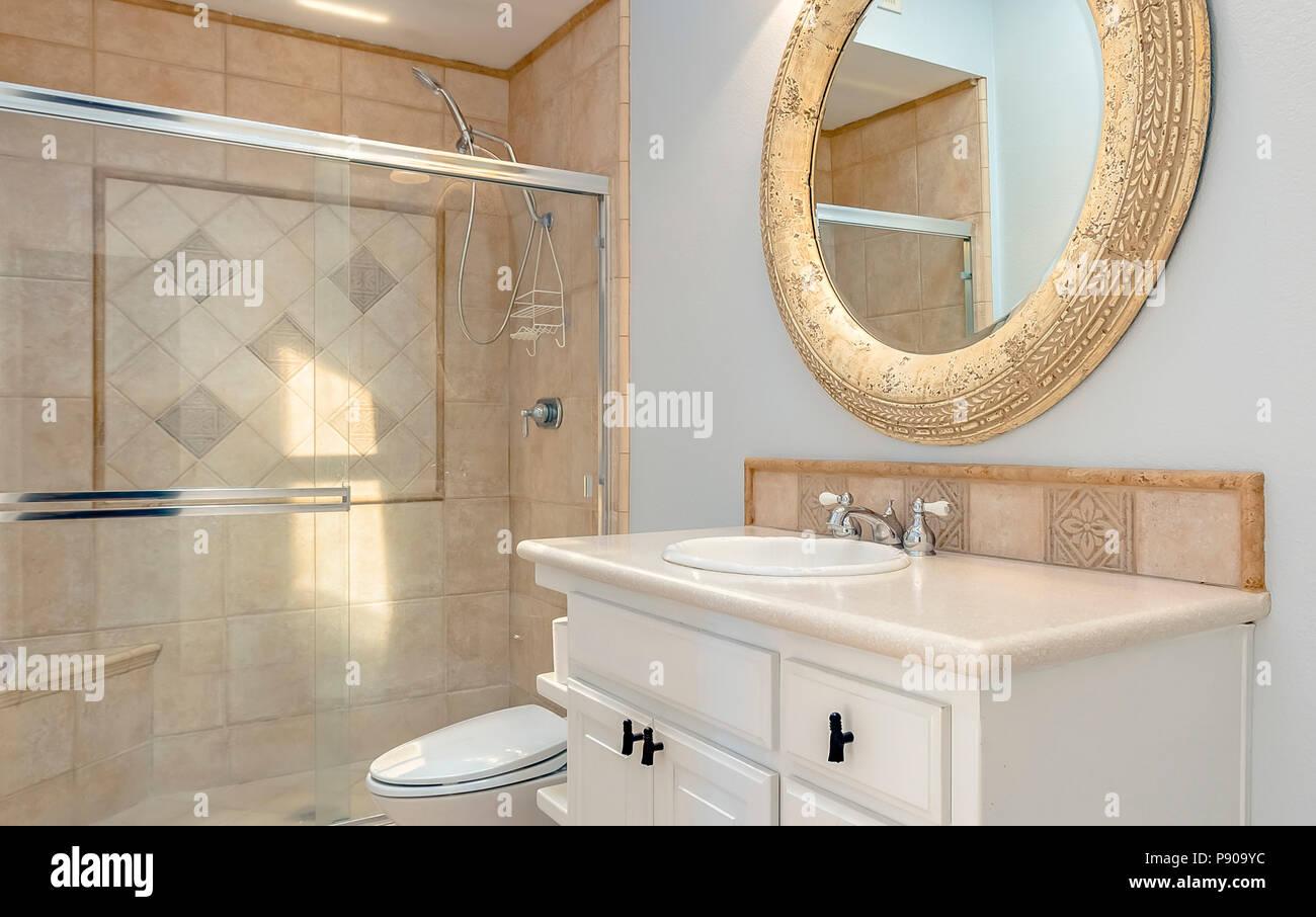Badezimmer mit Wanne, Dusche und Glastüren Stockfoto, Bild ...