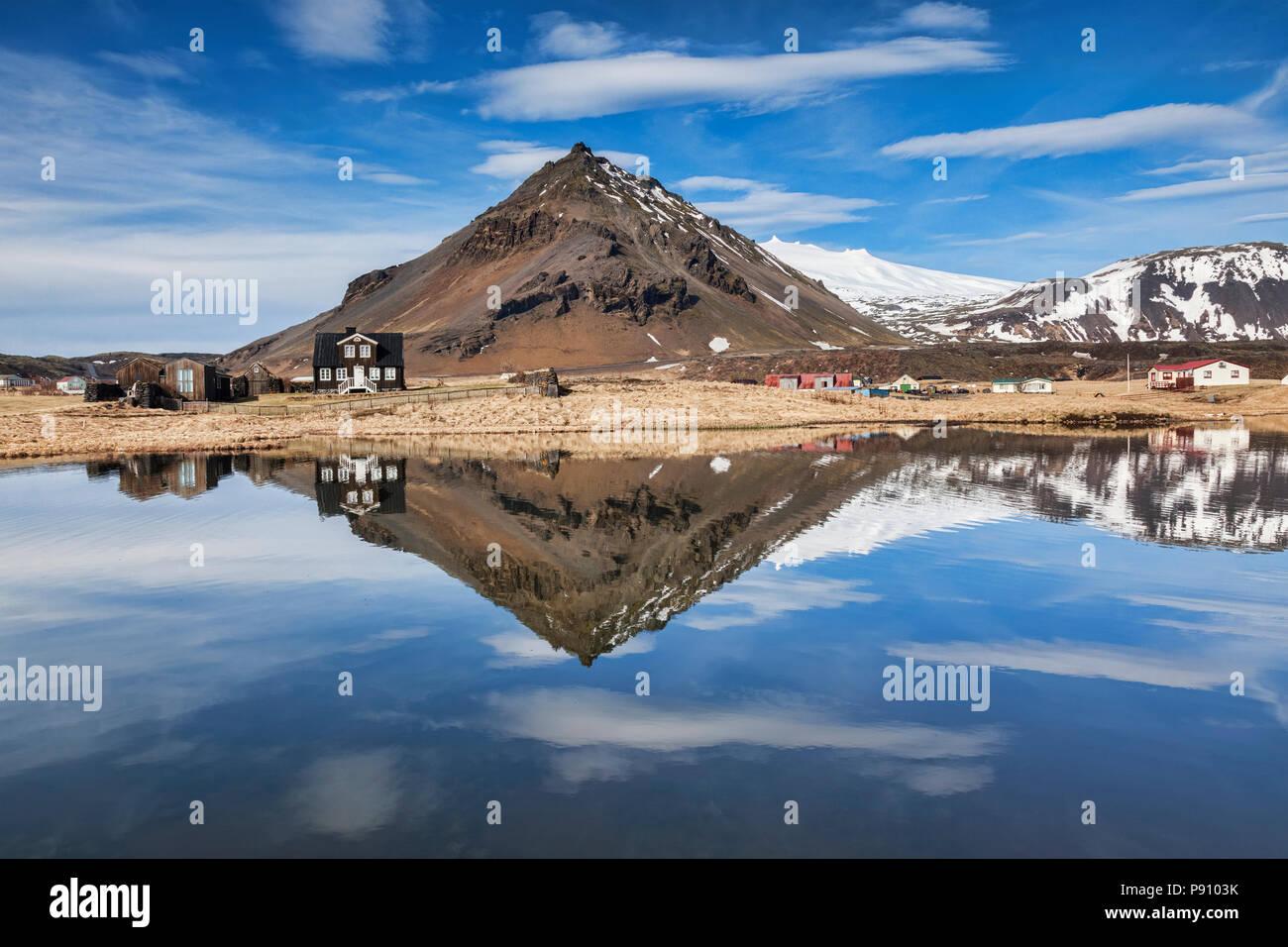 Der Berg Stapafell reflektiert in einem Pool bei Arnarstapi auf der Halbinsel Snaefellsnes, Island. Stockbild
