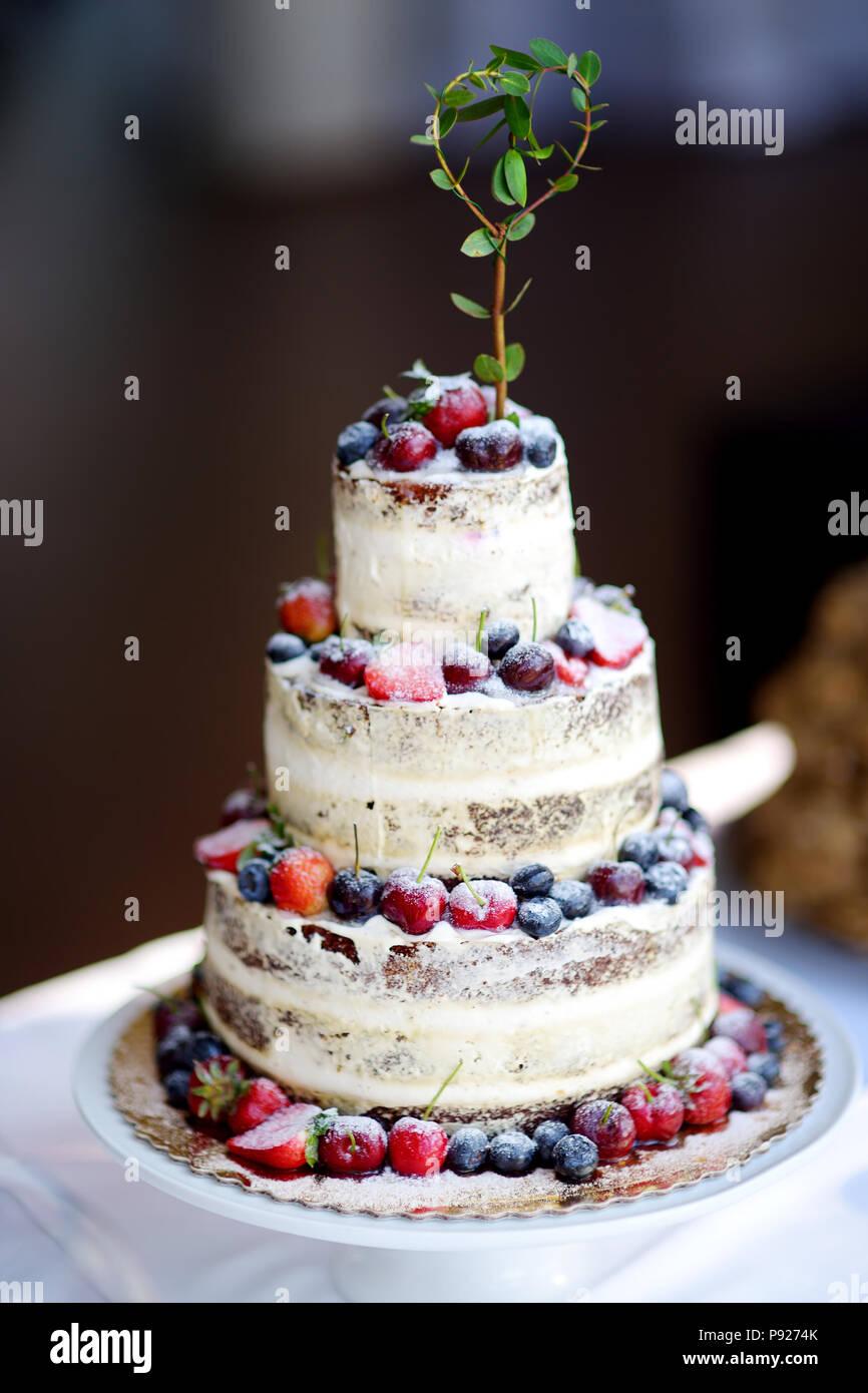 Kostliche Schokolade Hochzeitstorte Mit Variuos Fruchte Und Beeren