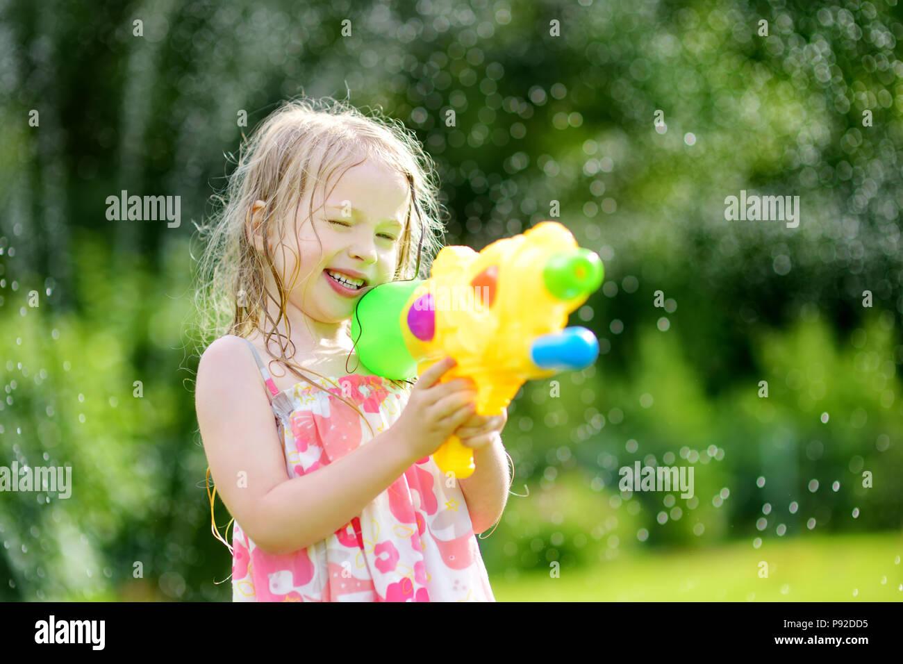 Adorable Kleine Mädchen Spielen Mit Wasser Gewehr Auf Heißen