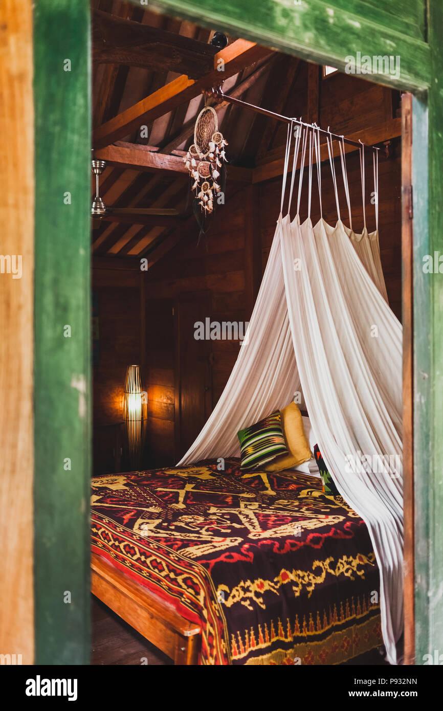 Hippie Style Holz Zimmer Mit Traditionellem Bett Von Bunten Decke