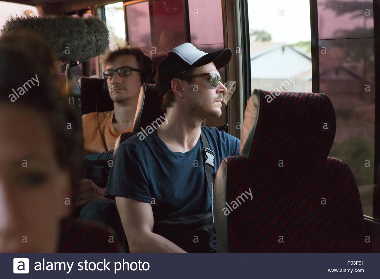 Kampala, Uganda - Alexander Theiler, Produzent, Kameramann und Cutter von Jung und naiv Reisen in einem Bus. Stockbild