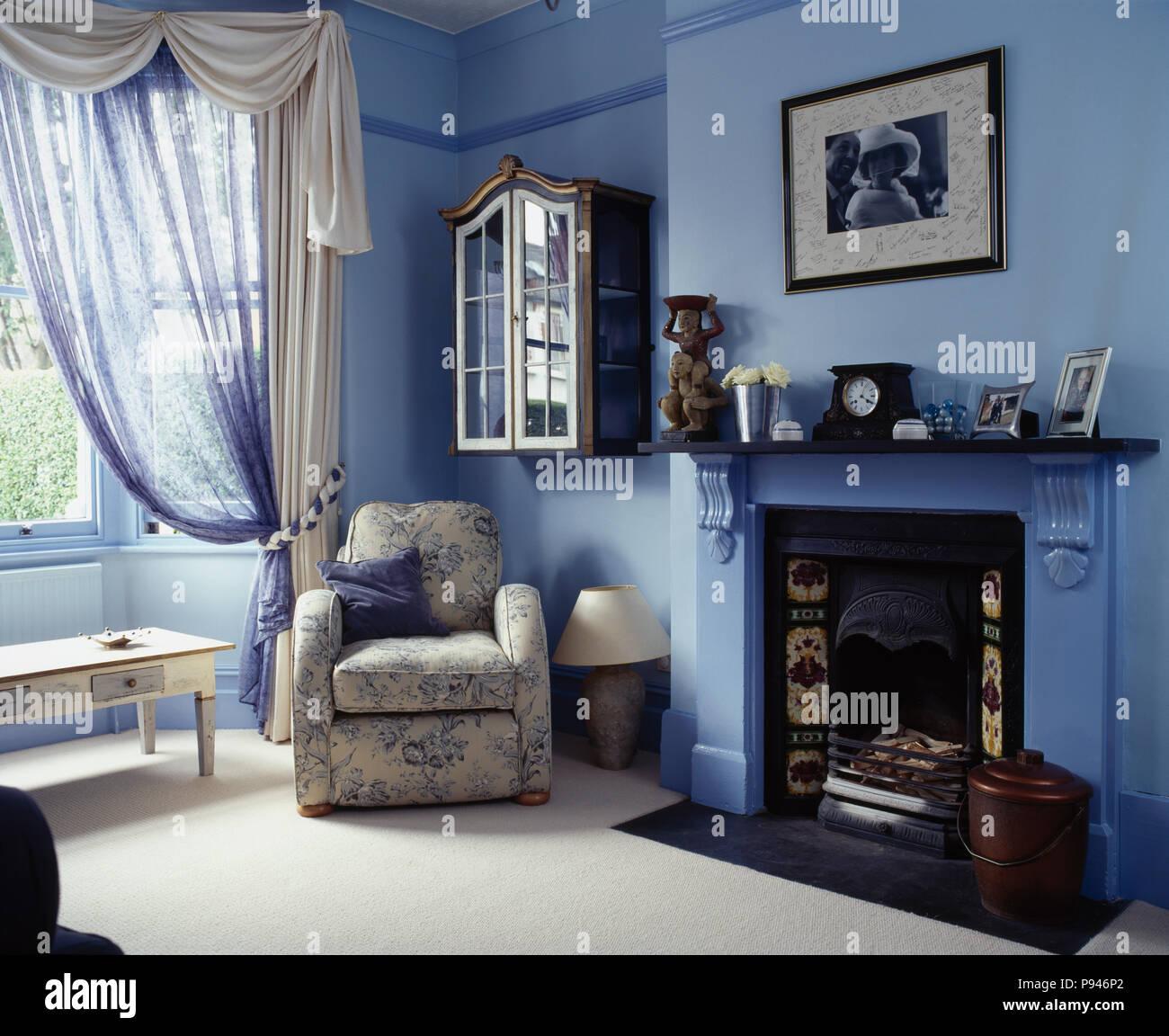 Weiß gerafften Vorhängen und Blau voile Vorhang am Fenster in Blau ...