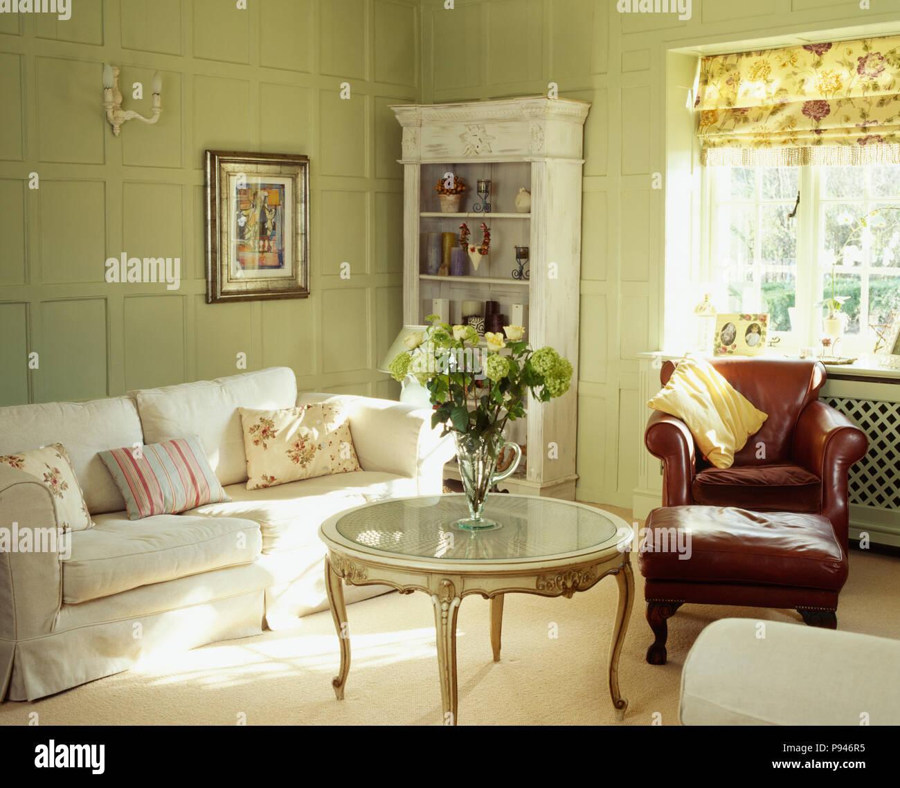 Hervorragend Weiß Sofa In Pastellgrün Getäfelten Land Wohnzimmer