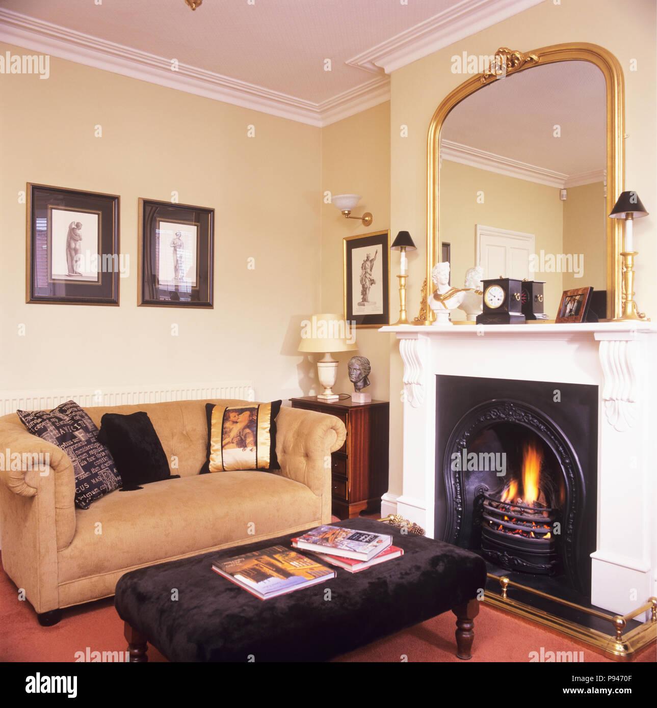 Creme Chesterfield Sofa In Traditionellen Wohnzimmer Mit Spiegel