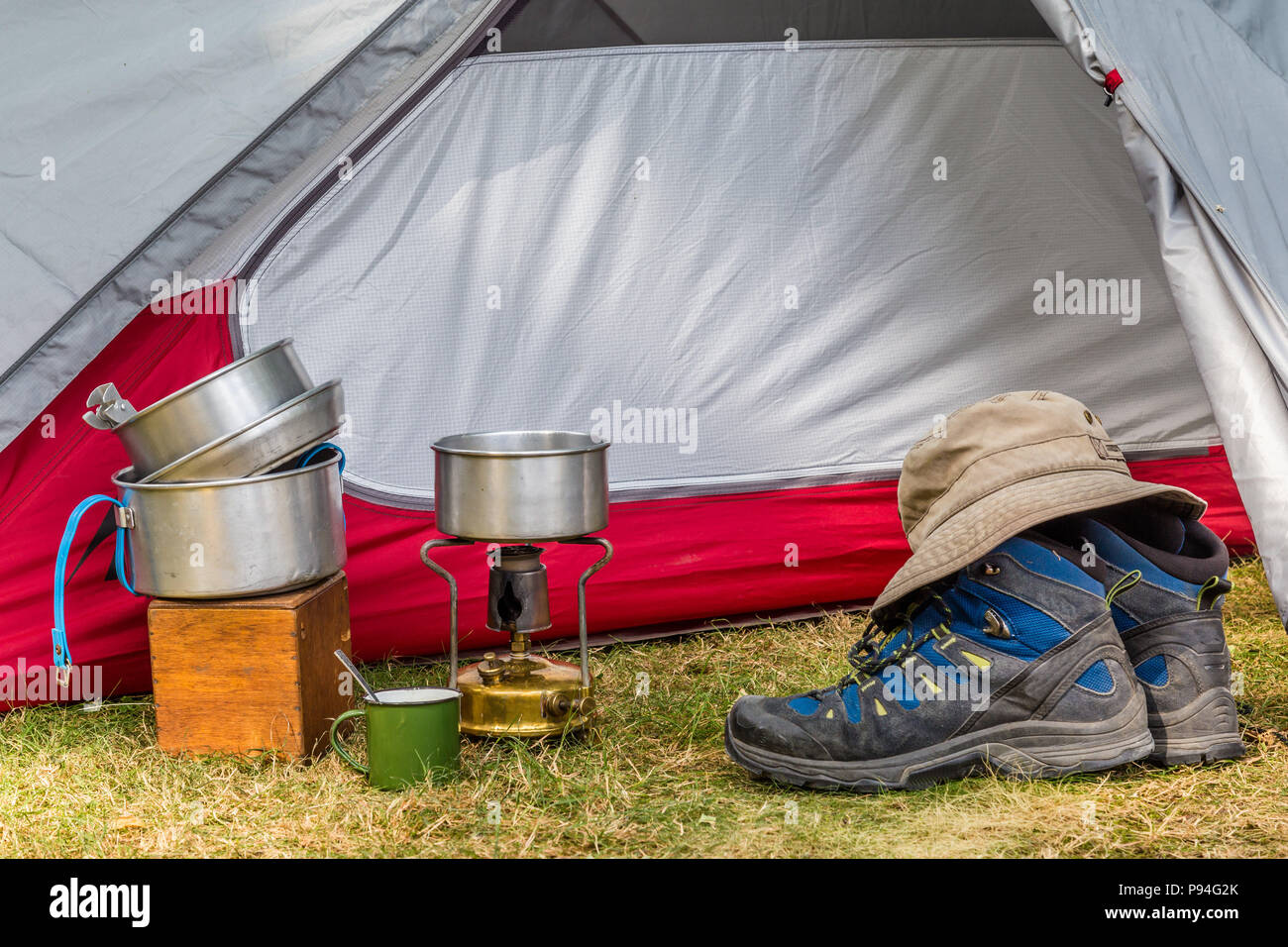 Kochutensilien auf einem Campingplatz Stockbild