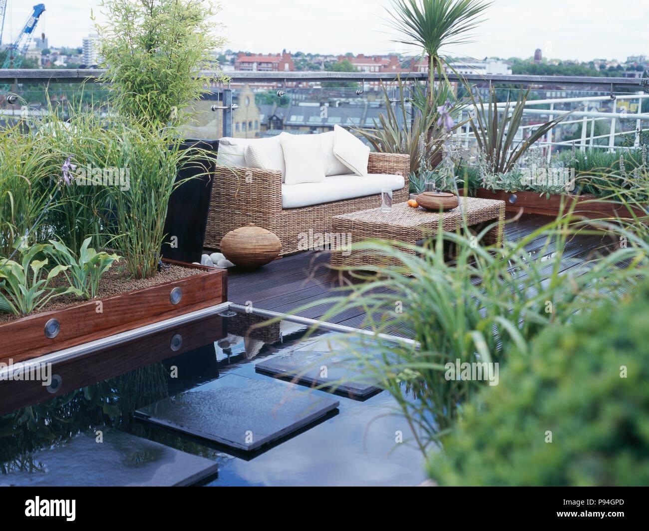 Pflastersteine In Pool Auf Geschmuckten Stadt Dach Garten Mit