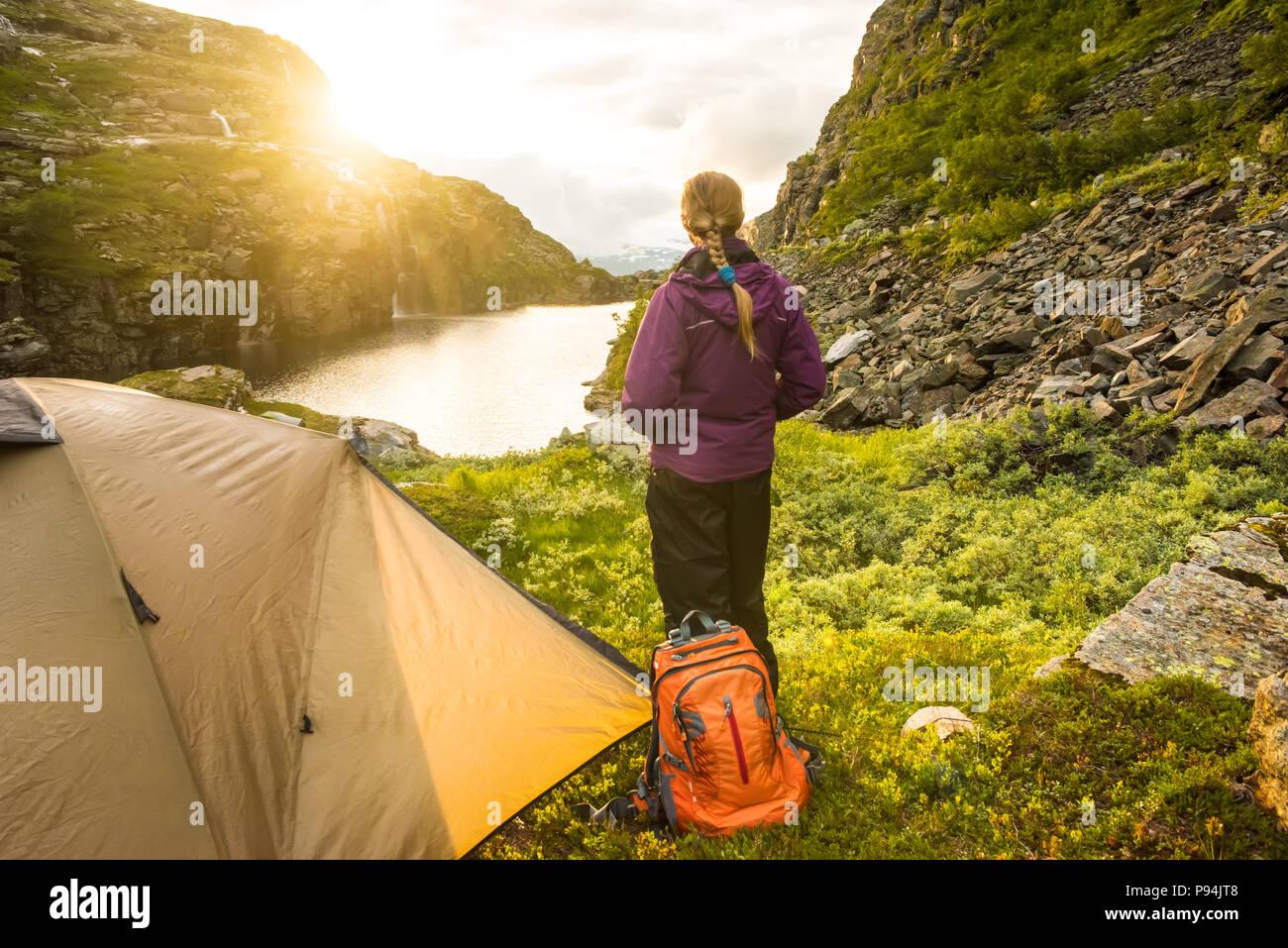 Touristische Hütte und der Frau in den Bergen Sonnenuntergang Norwegen Stockbild