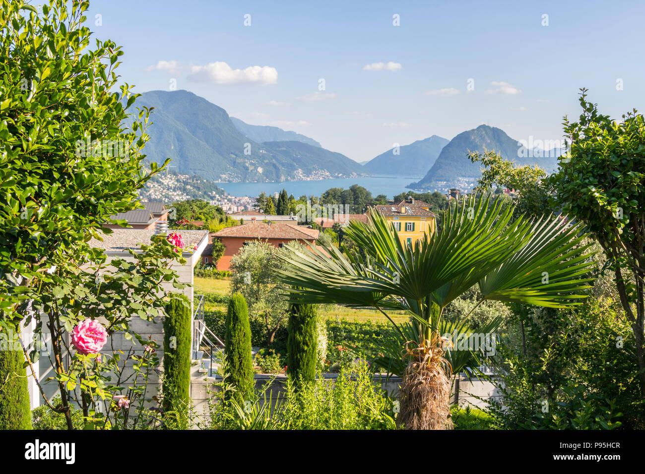 Aussicht auf die Berge und den See Landschaft grün berge seen, glückliches Leben, gesundes Leben, üppigen Sommer Konzept, Urlaub, Ferien Stockbild