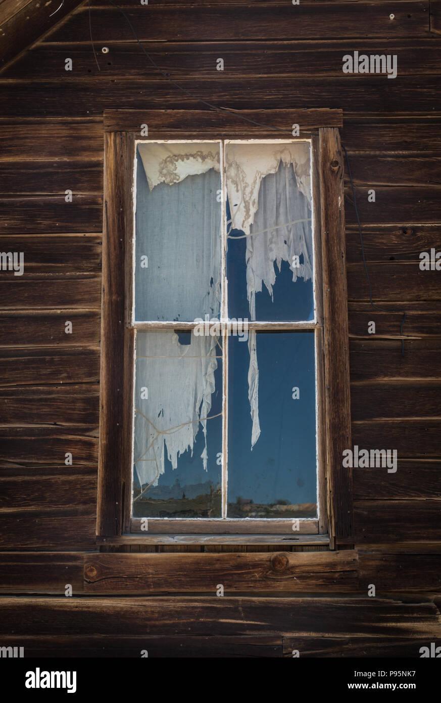 Eine Zerrissene Vorhang In Einem Fenster In Einem Verlassenen Haus