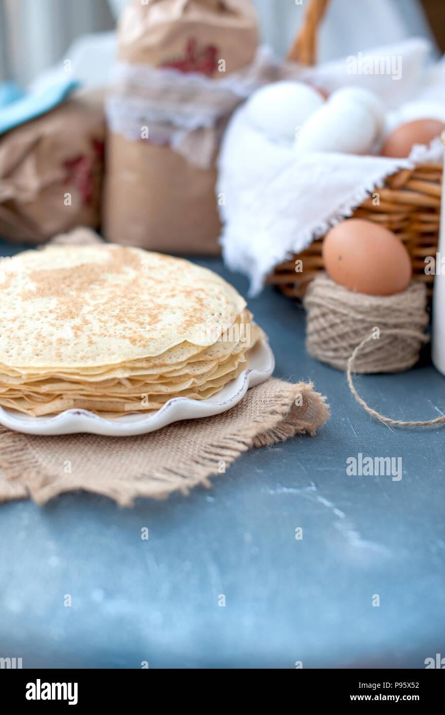 Dünne Süße Pfannkuchen. traditionelle russische Küche im Frühling. Festliche behandeln. Hausgemachtes Frühstück. Freier Platz für Text oder eine Postkarte. Stockbild