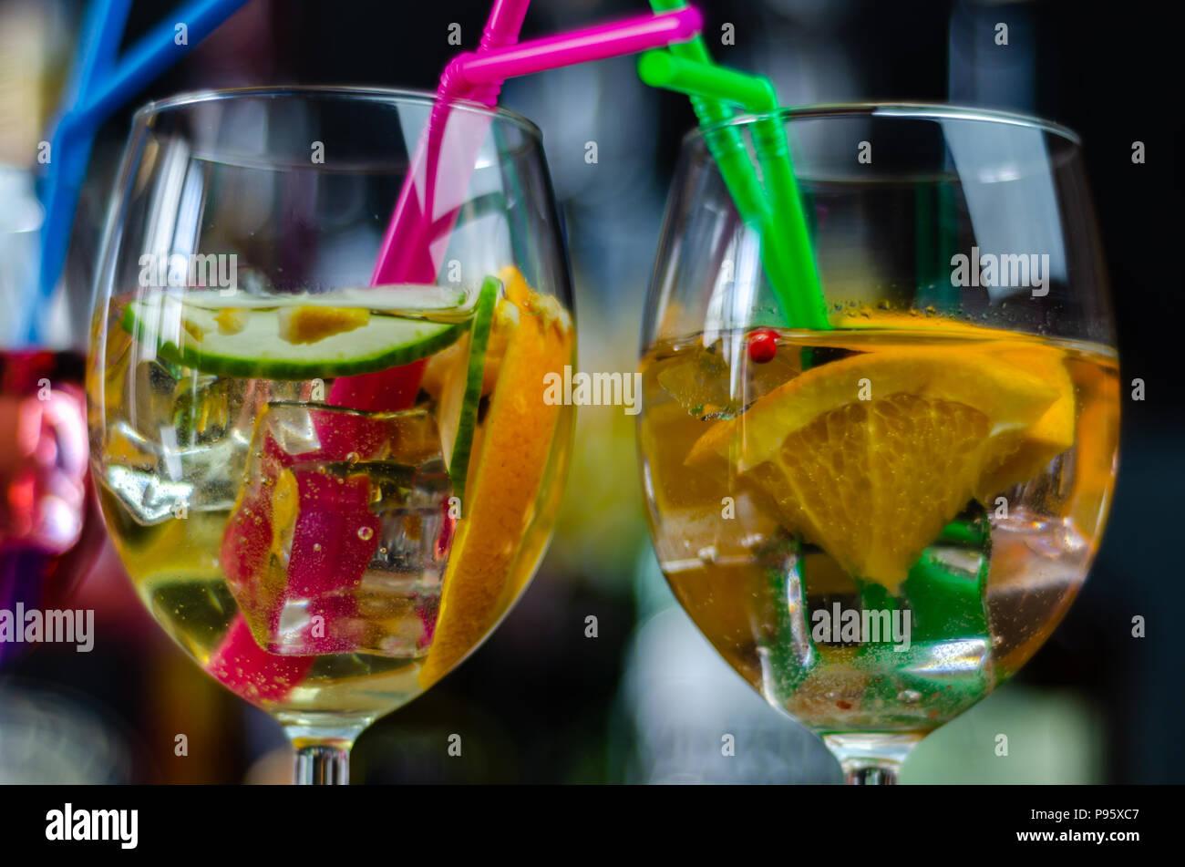 Sangria traditionellen fruchtigen Cocktail aus Spanien am süßen Wein und Obst, ein erfrischendes Getränk Stockbild