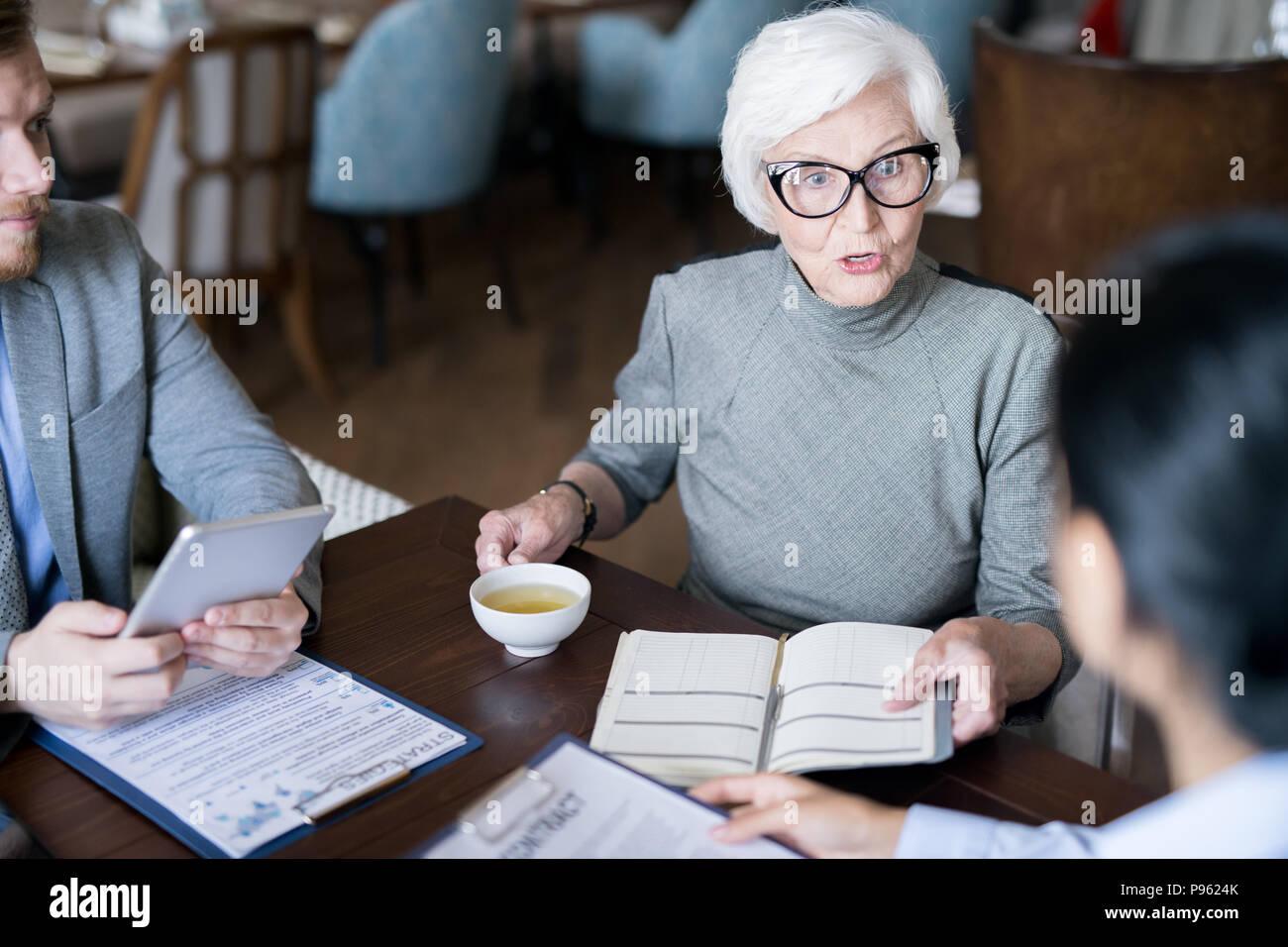 Weibliche Leiter gibt Aufträge Stockbild