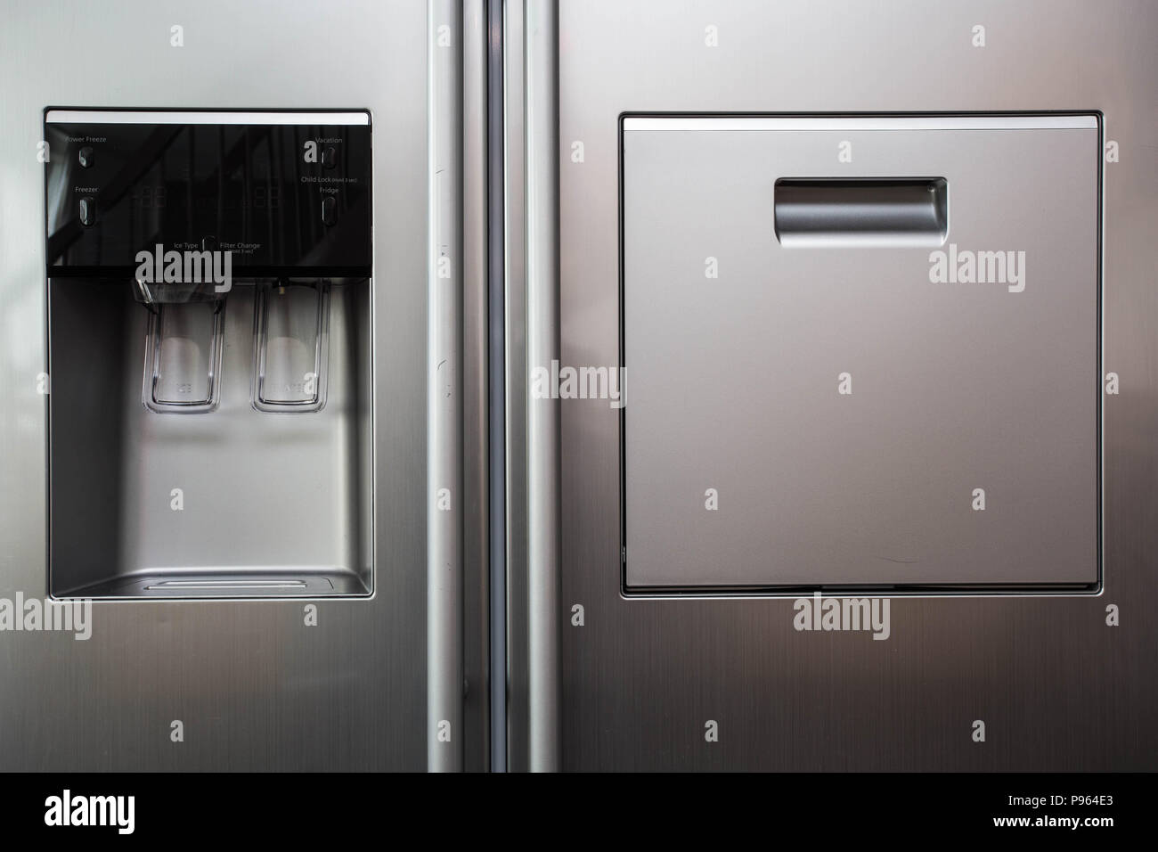 Kühlschrank Wasserspender : Kühlschrank eis und wasserspender moderne front design stockfoto