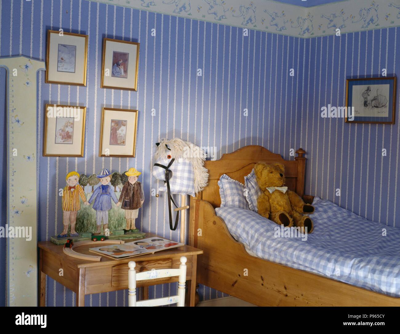 Blau Gestreifte Tapete Im Kinderzimmer Mit Einem Bett Stockfoto