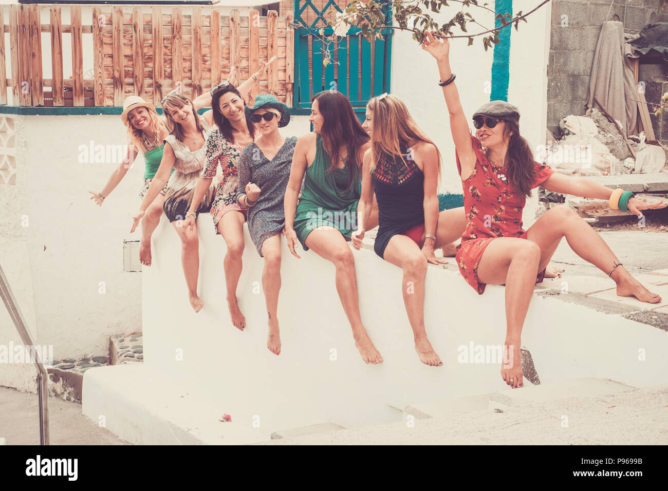 Gruppe von sieben jungen schönen Lächeln Frau krank im Urlaub und Freundschaft oder Beziehung bleiben zusammen Hinsetzen und verrückt mit Lachen gehen. Sommer col Stockbild