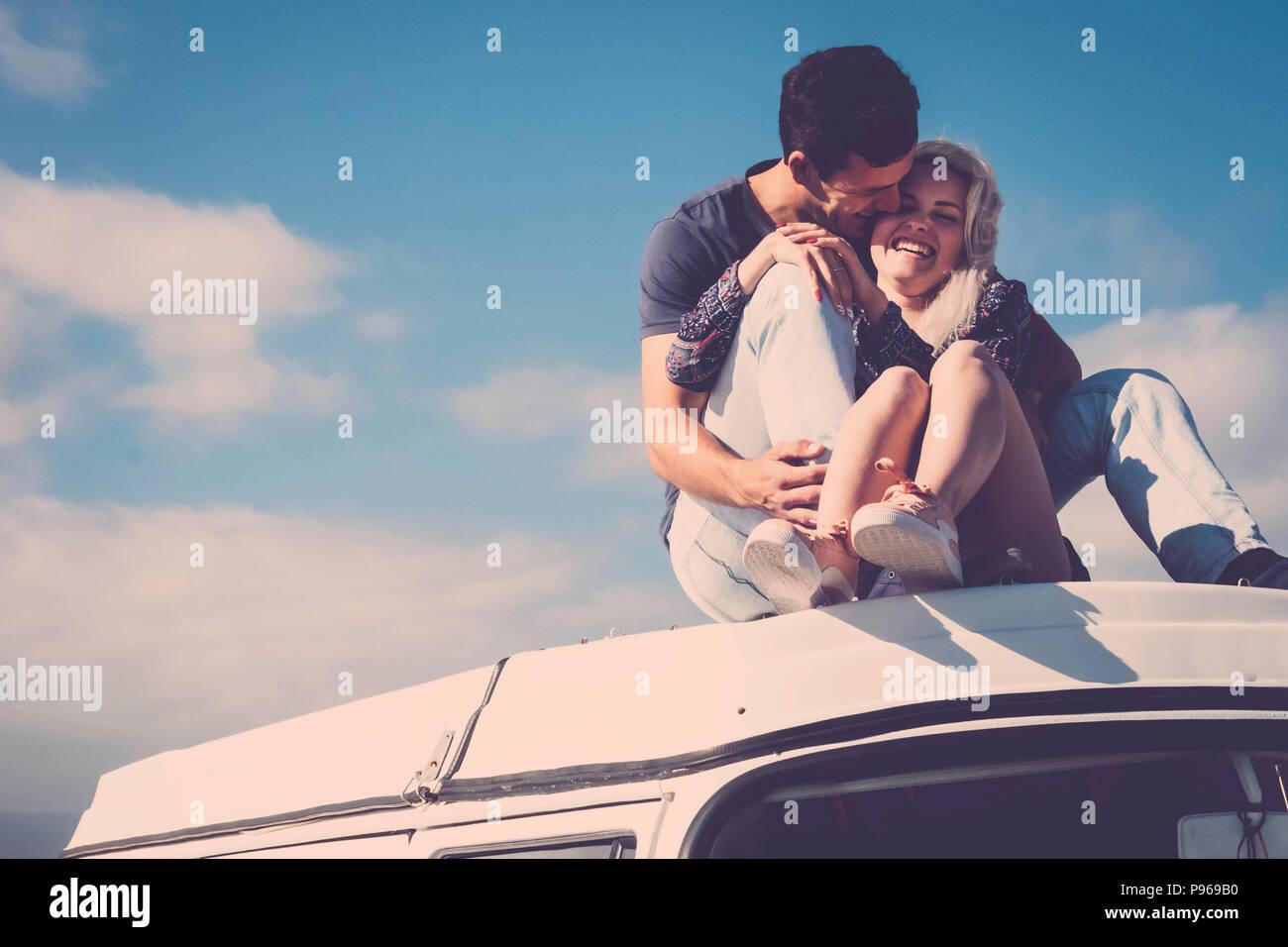Schönen kaukasischen Paar natürliche Modell bleiben zusammen, in Beziehung auf dem Dach eines Vintage Camper. Freundschaft und Liebe zwischen Mädchen und Jungen yo Stockbild