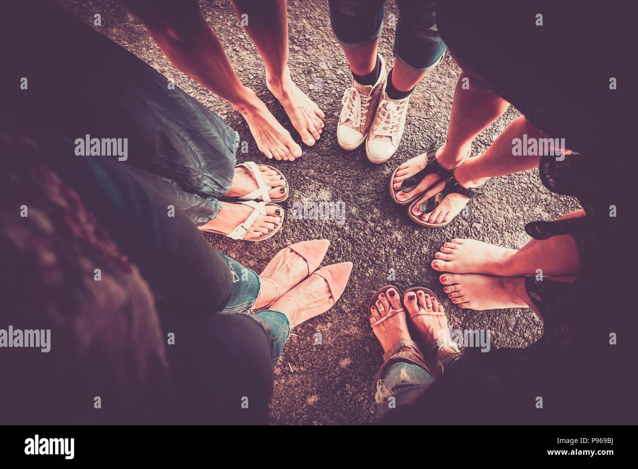 Gruppe von Frau aus Sicht mit sieben Paar Füße mit Schuhen und barfuss ohne. kaukasische Damen im Sommer. Vintage Farben und Vi Stockbild