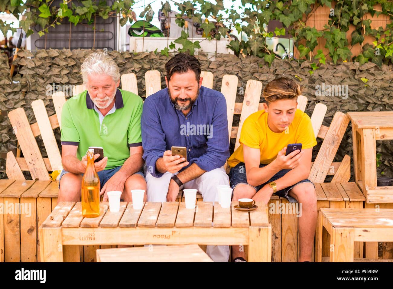 Familie Generationen Männer mit Großvater, Vater und Sohn, Neffe von Alt bis Jung bleiben zusammen mit Mobilfunktechnologie Smartphone eine Verbindung zu Inter Stockbild