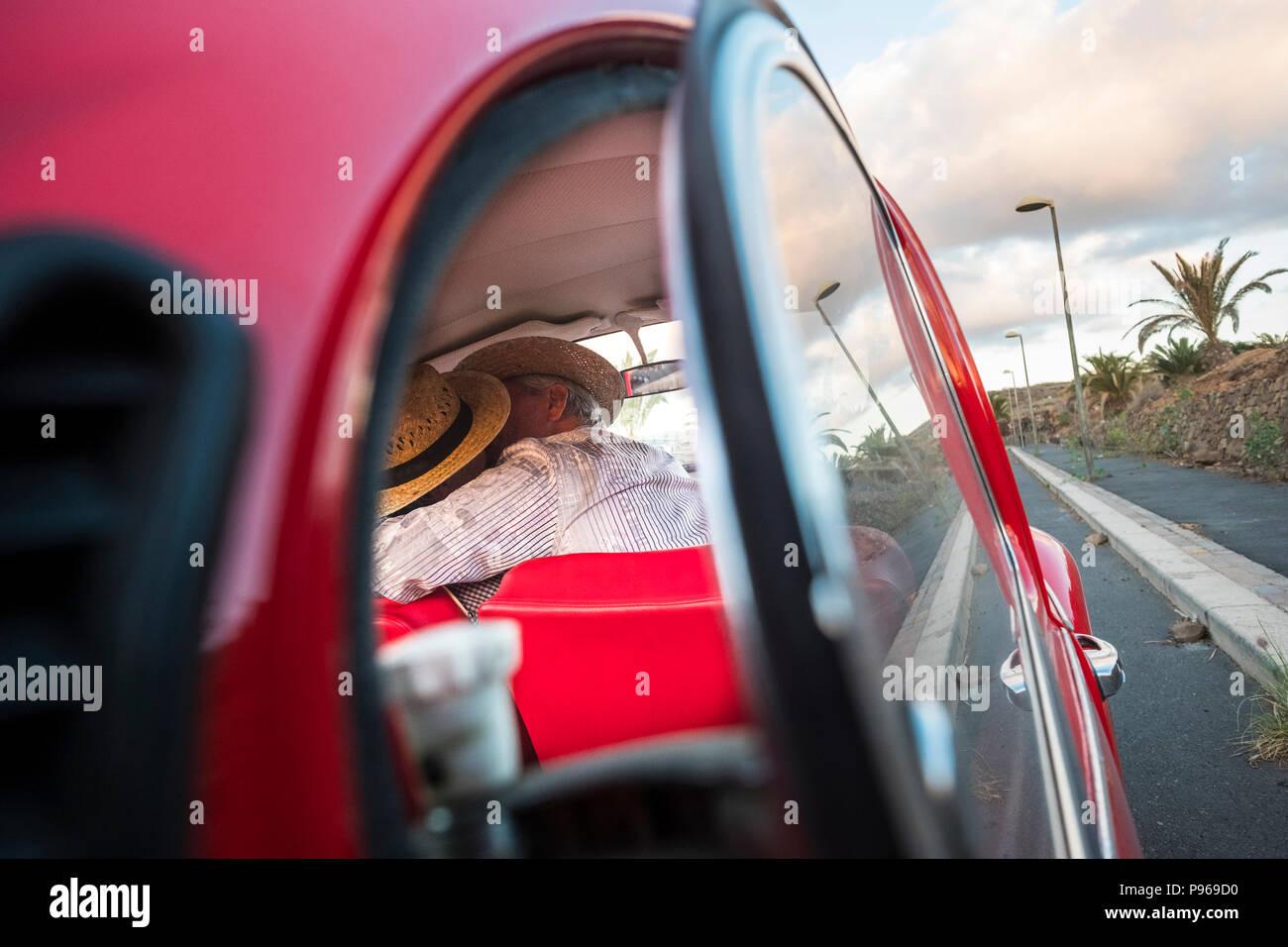Liebe Kuss von einem Auto Glas gefangen. zwei ältere Mann und Frau Küssen mit Liebe und ein Leben für immer zusammen feiern. Reisen und Ferien. Menschen enj Stockbild