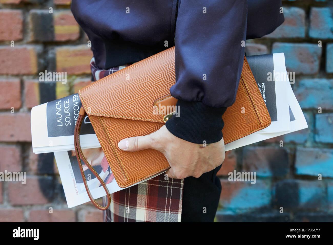 31b4f2c277cf0 Mailand - Juni 18  Mann mit braunem Leder Tasche in der Hand und Blau Satin  Jacke vor Fendi fashion show