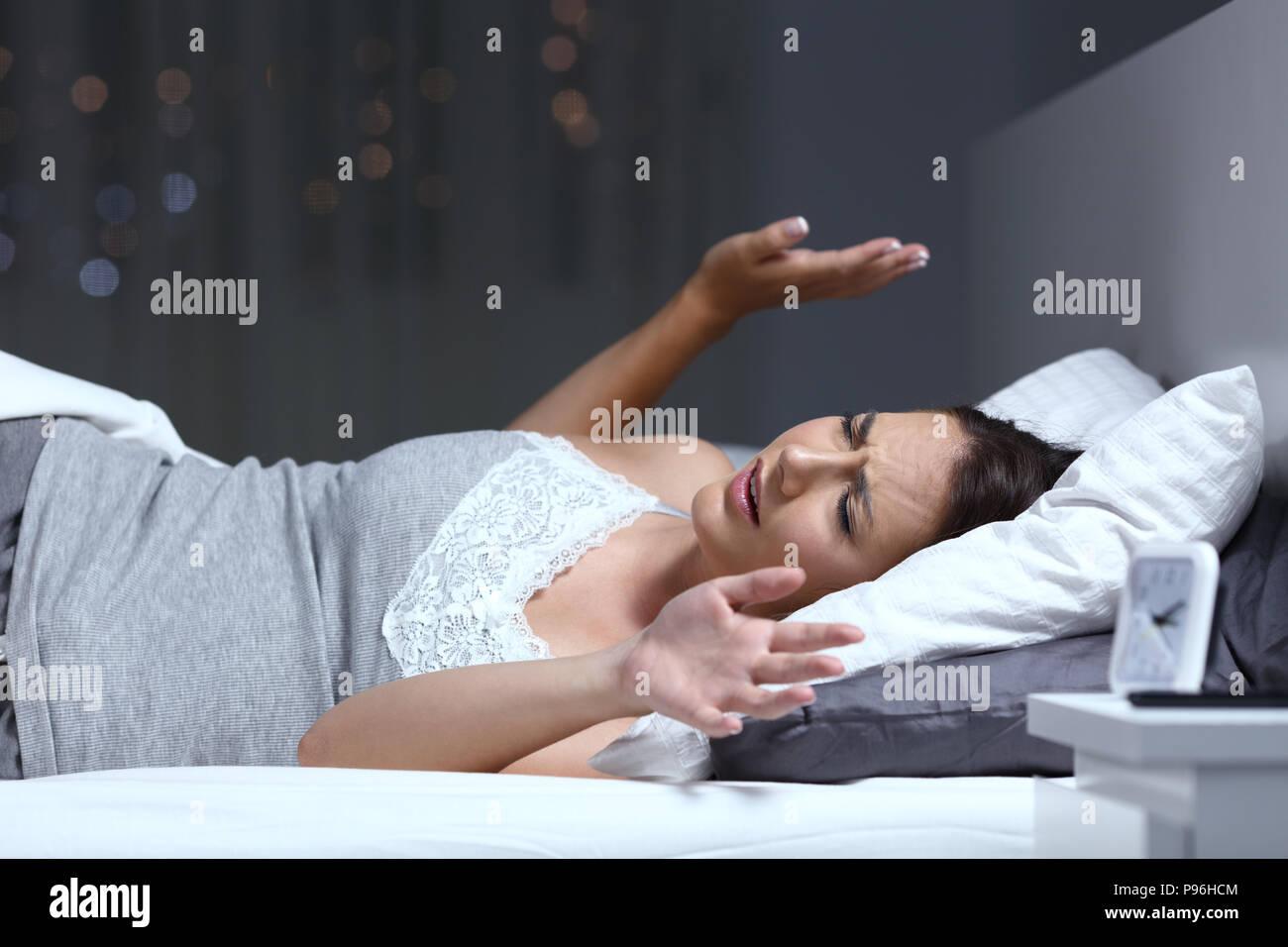 Frau, die ein Alptraum auf dem Bett in der Nacht zu Hause liegen Stockbild