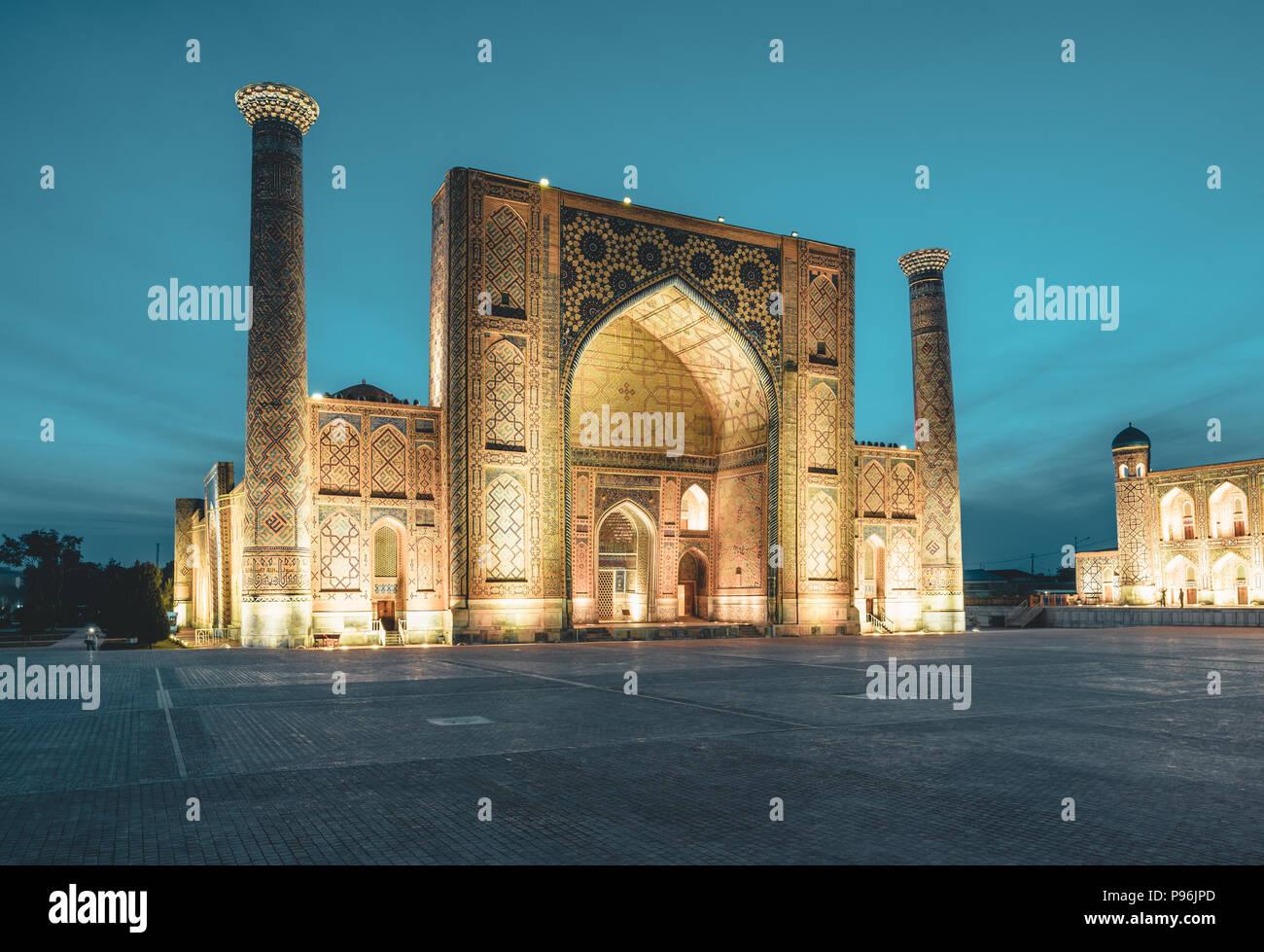 Zur Registan Platz in der Nacht in Samarkand Usbekistan Stockbild