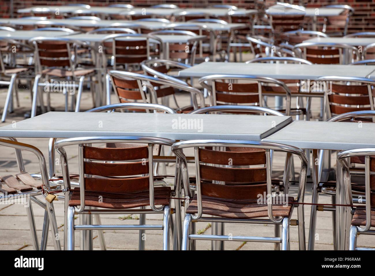 Leere Tische und Stühle in einem Restaurant Stockbild