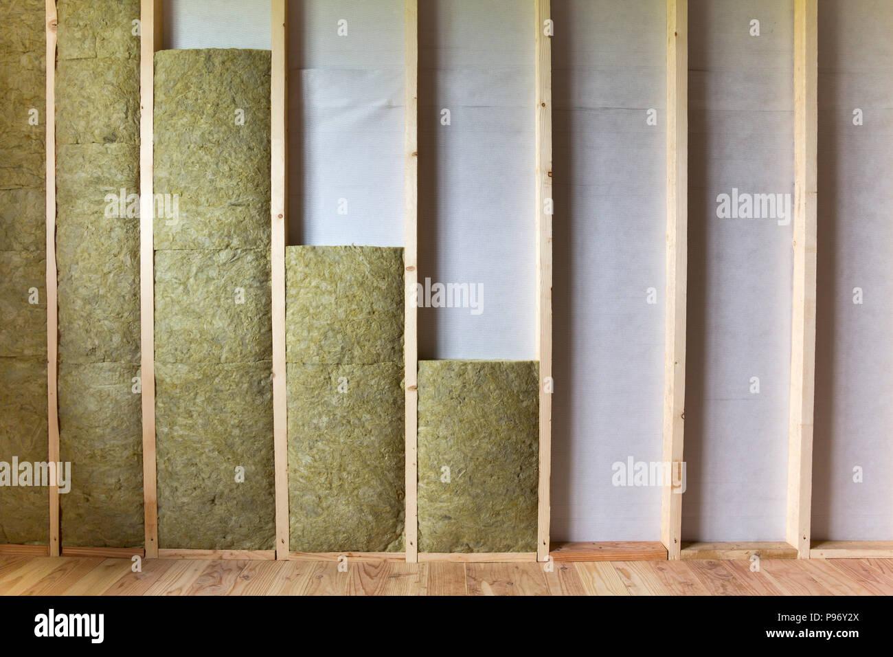 Holzrahmen für zukünftige Wände mit Steinwolle und Fiberglas ...