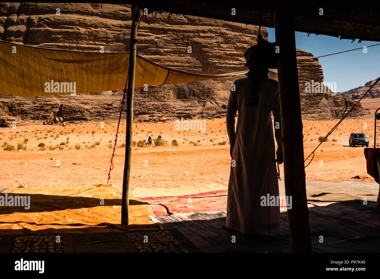 Arabische Beduinen Mann erwartet Kunden, Beduinenlager, Wadi Rum wüste Tal, Jordanien, Naher Osten Stockfoto