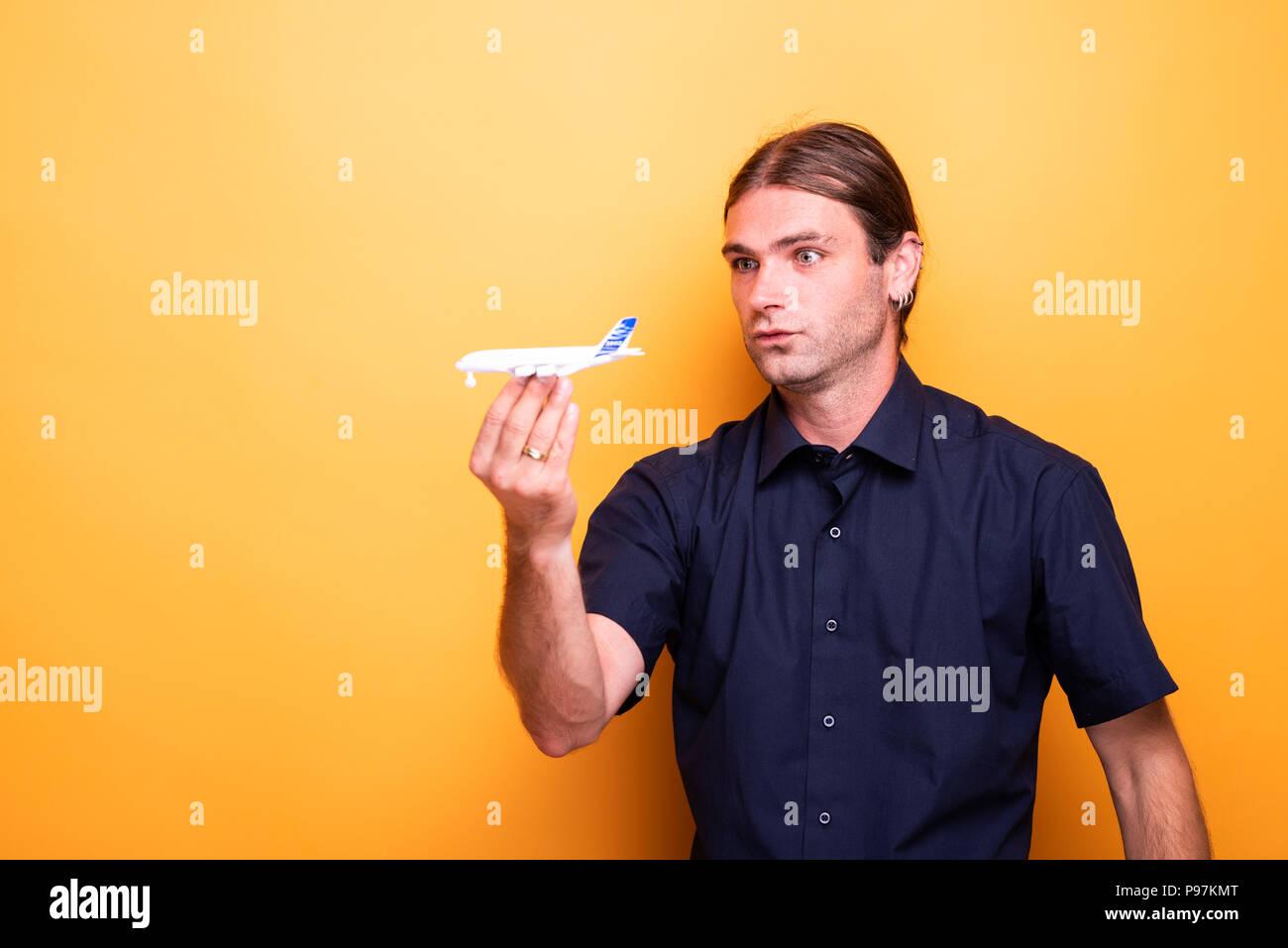 Mann spielen mit Spielzeug Flugzeug Stockbild