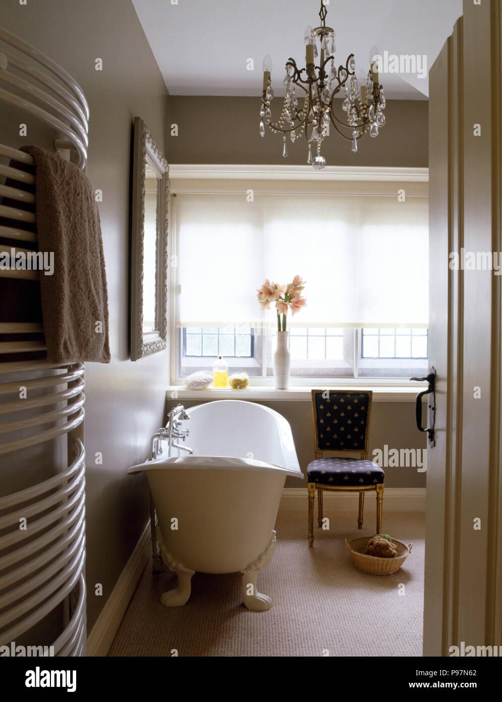 Freistehende Badewanne und kleine Kronleuchter in einem ...