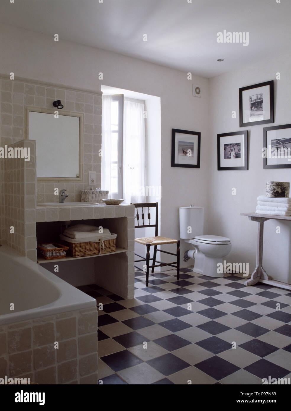 Schwarz + Weiß Checkrboard Stock In Weiß Provenzalischen Badezimmer Mit  Modernen Fliesen Waschtisch