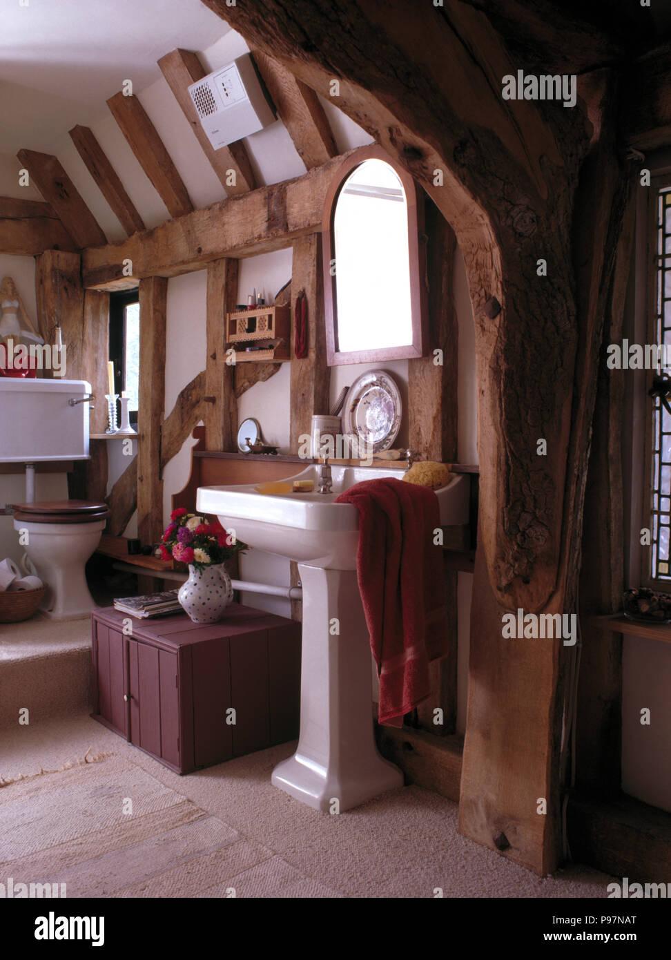 Attrayant Sockel Becken In Den 90er Jahren Badezimmer Mit Großen Holzbalken