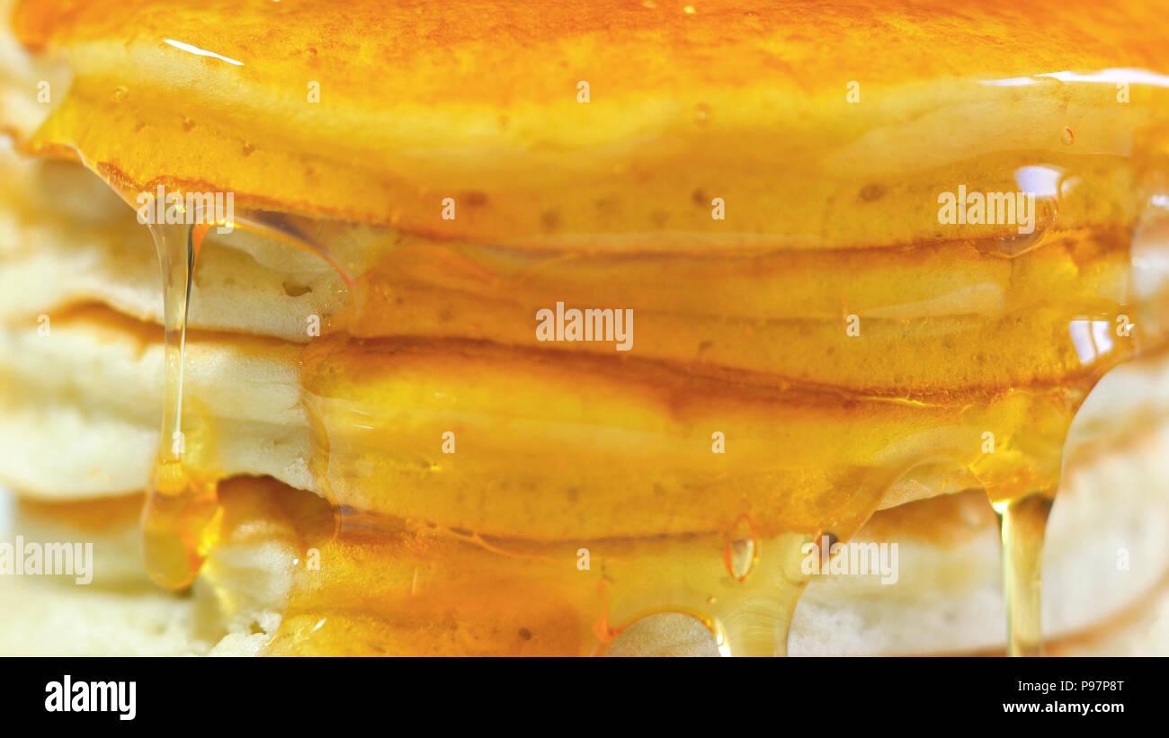 Stapel Pfannkuchen mit Sirup beträufelt, Makro Nahaufnahme. Stockbild