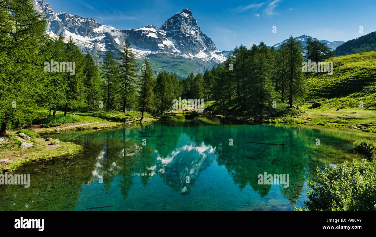 Der blaue See und das Matterhorn in einer malerischen Landschaft mit sonnigen Sommer Lichter von Breuil-Cervinia, Aostatal - Italien gesehen Stockbild