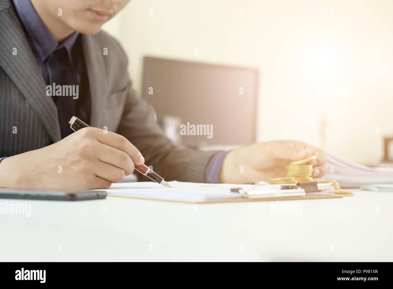 Mann bei der Arbeit auf Tabellenkalkulation Finanzdaten, Wirtschaftsprüfer. Stockbild